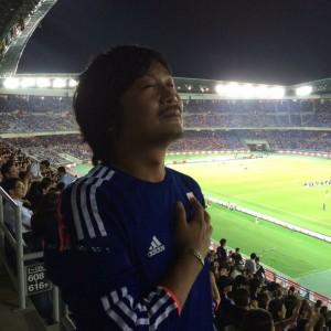 「サポーター論」の著者、サッカージャーナリストの勝村大輔さん。服装からは想像できませんが、こう見えても髪を切らせたら神奈川県大和市で7番目くらいにうまいと言っていました。ちょっとうろ覚えかも。