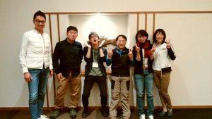 阿寒の鶴雅、エクスマ塾で発表メンバーとサポート講師と共に。一番表情のかたいのがボクです。